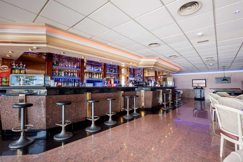 Zona de ocio donde ofrecemos una amplia variedad de cocktails, bebidas refrescantes y comida.