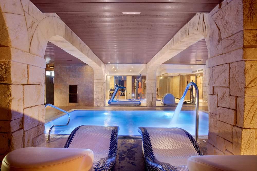 Instalaciones con piscina climatizada, baño turco con esencia de eucalipto, sauna, jacuzzi y tumbonas térmicas.